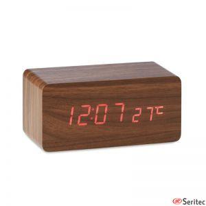 Reloj de madera con cargador personalizado